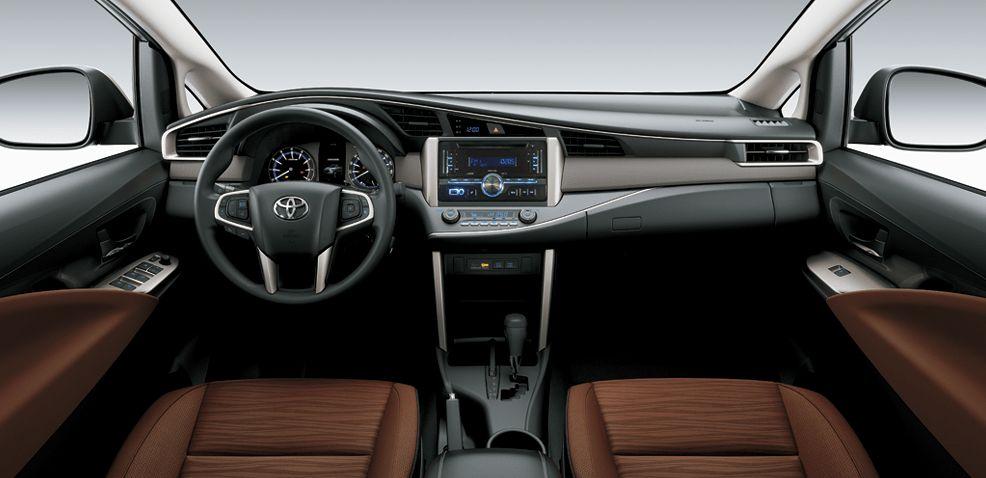 bên trong xe innova