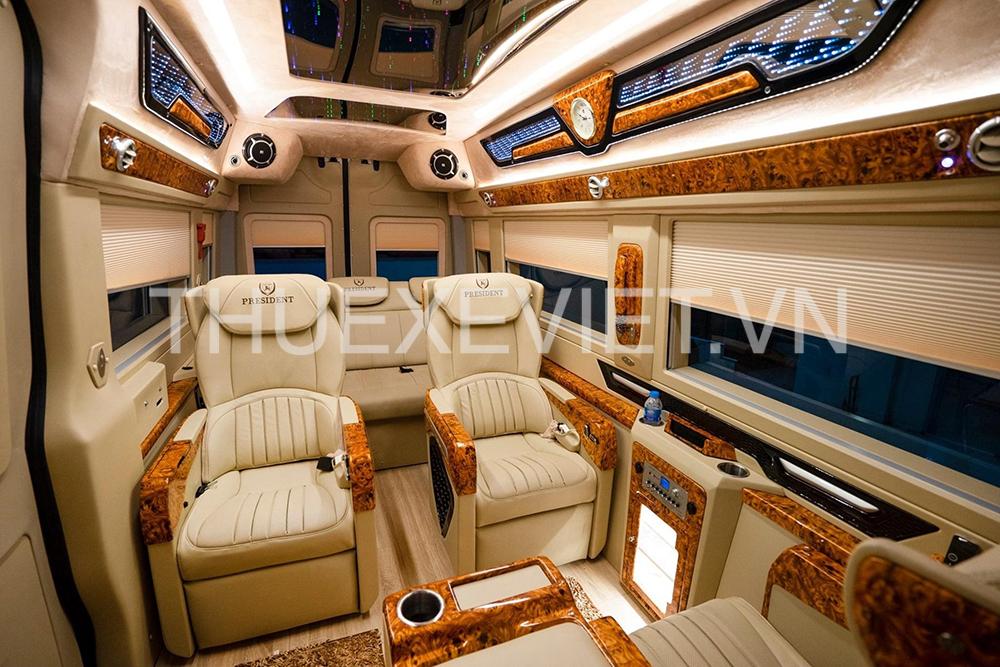 bên trong xe limousine 9 chỗ